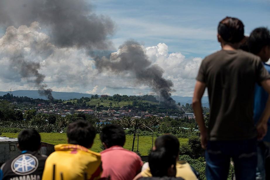 Des colonnes de fumée et des flammes se... (PHOTO NOEL CELIS, AGENCE FRANCE PRESSE)