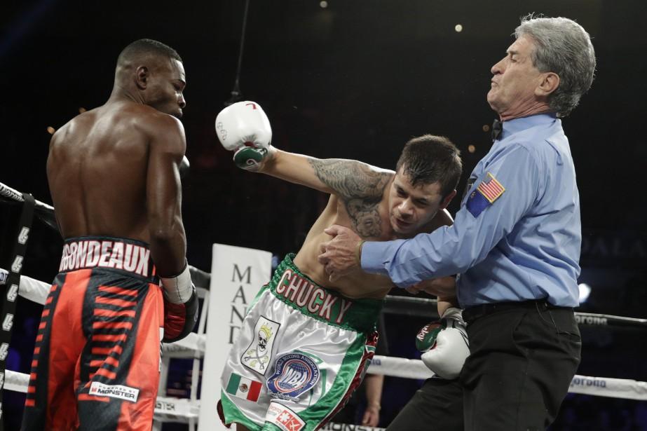 Moises Flores tombe sur l'arbitre Vic Drakulich après... (Photo John Locher, AP)