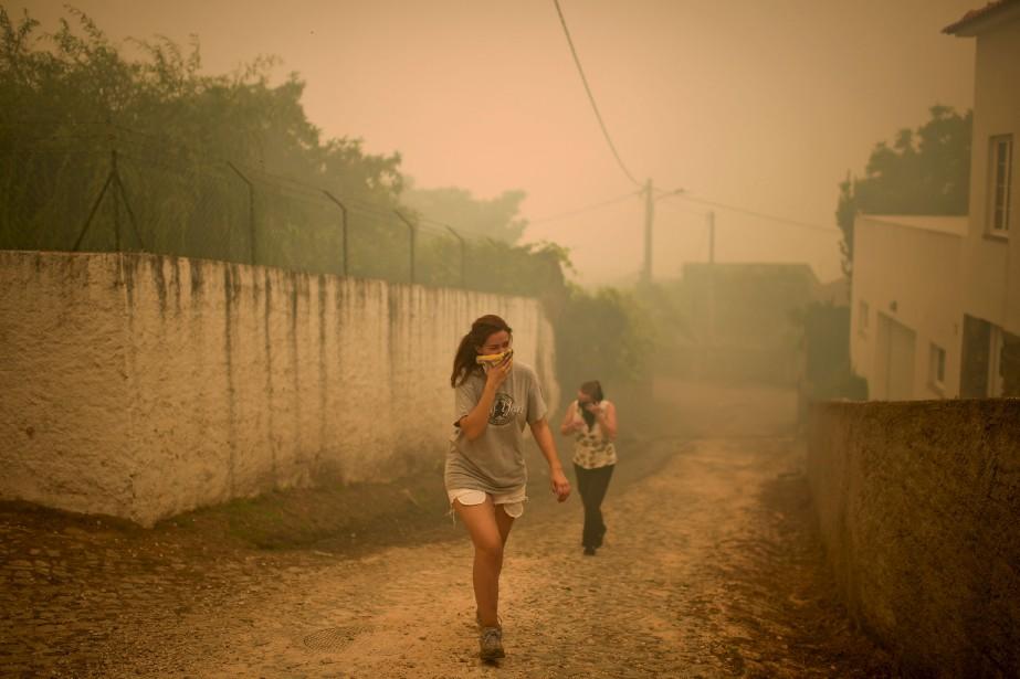 La fumée rendait la respiration difficile pour les gens des alentours. (AFP, Patricia De Melo Moreira)