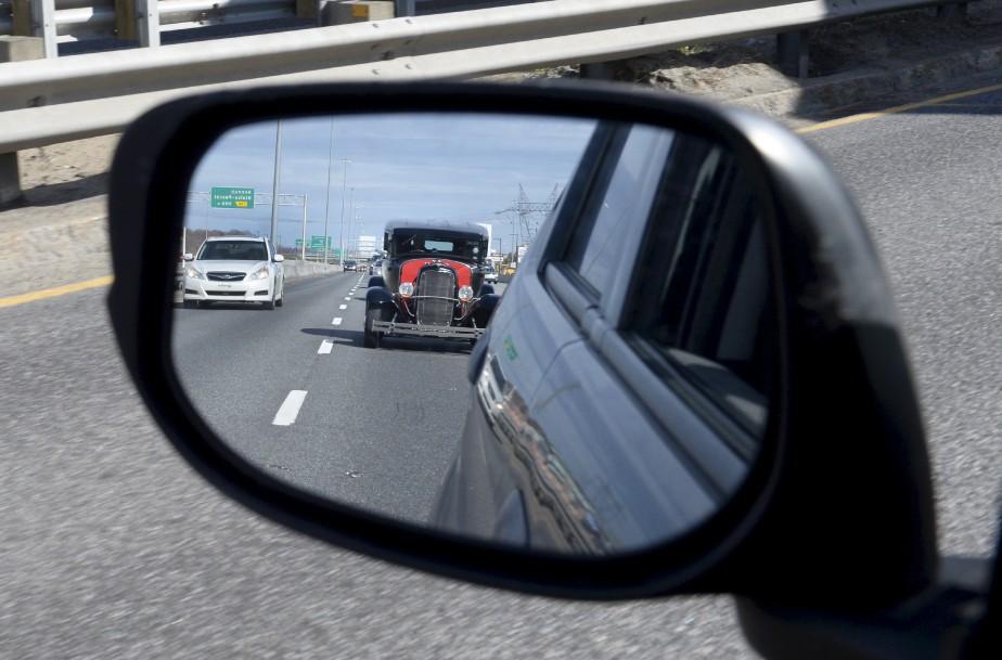 Coincé récemment dans un embouteillage sur l'autoroute Charest, Jean-Marie Villeneuve a aperçu dans le rétroviseur de sa voiture une «belle d'autrefois» qui lui faisait de l'oeil. Regarder en arrière pour voir le passé, la métaphore s'impose... Normand Provencher Données techniques: Nikon D4. Focale 44mm, ISO 1250, ouverture f14, vitesse 1/1000e seconde | 18 juin 2017