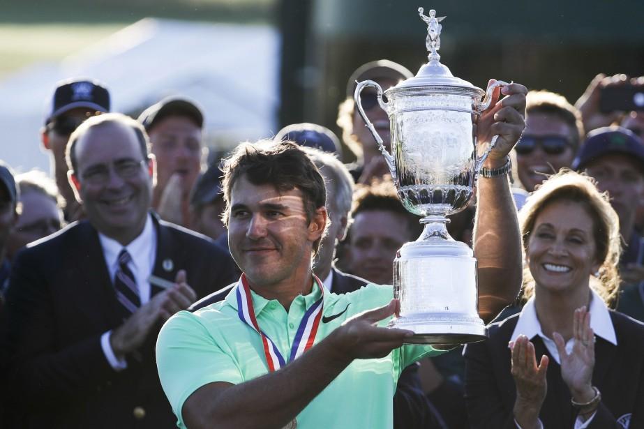 Brooks Koepka soulève le trophée du champion, dimanche... (PHOTO AP)