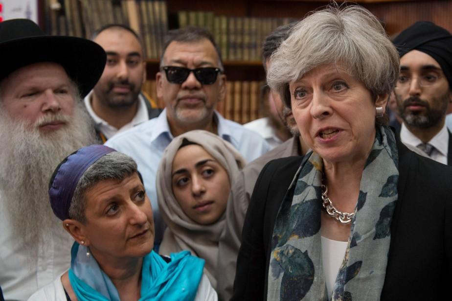 Theresa May était entourée lundi de leaders religieux,... (PHOTO REUTERS)