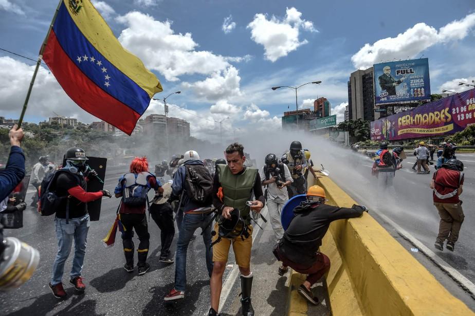 Heurts entre manifestants et policiers anti-émeute sur l'autoroute... (PHOTO AFP)