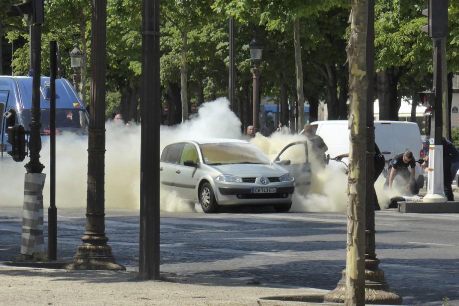 Le véhicule de l'assaillants'est embrasé lors de la... (PHOTO AP)
