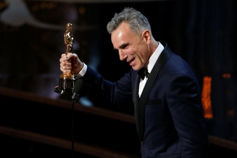 Daniel Day-Lewis tient l'Oscar qu'il a remporté en... (ARCHIVES REUTERS)