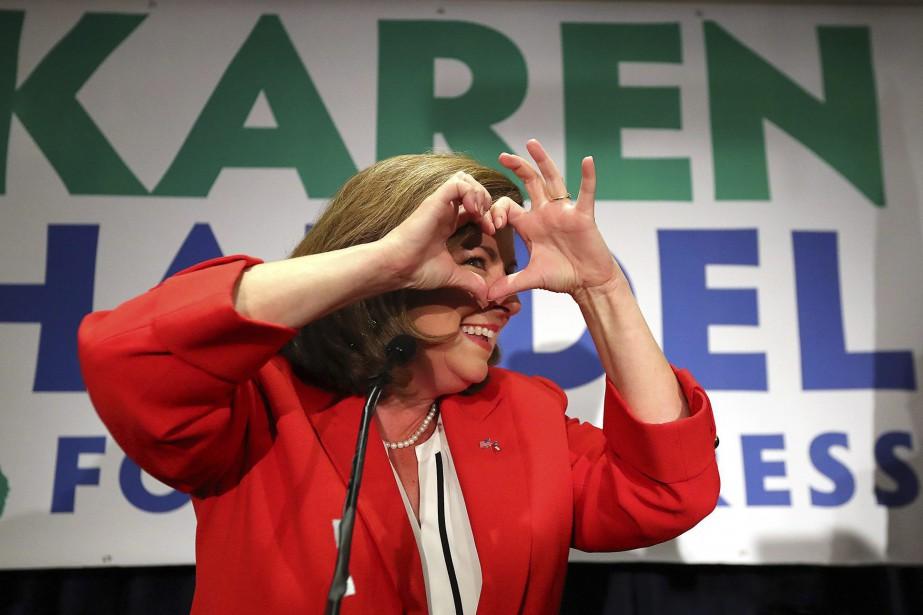 Karen Handel fait un symbole de coeur devant... (PHOTO AP)