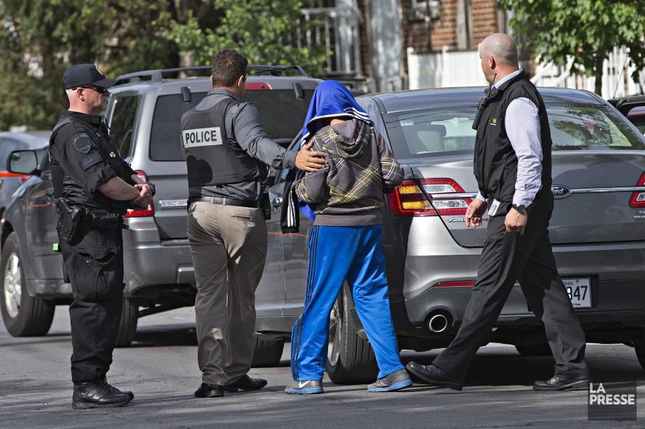 Les policiers du SPVM ont interpellé trois individus... (PHOTO PATRICK SANFACON, LA PRESSE)