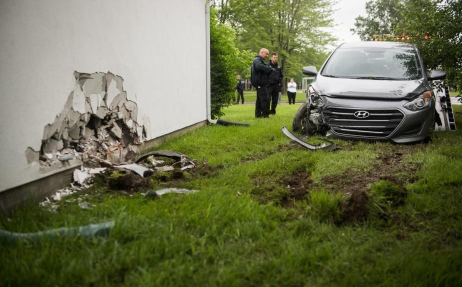 Un chauffard a percuté une maison de la rue Marion dans la nuit de mardi à mercredi. Heureusement, personne n'a été blessé. (François Gervais, Le Nouvelliste)