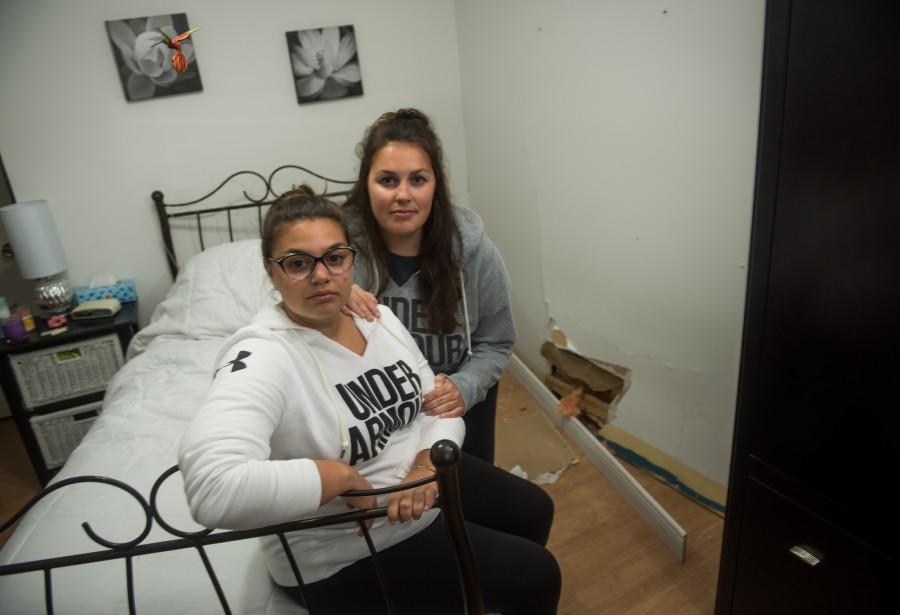 Marion et Laurie-Anne Déziel, dans la chambre de Marion, où a eu lieu l'impact. (François Gervais, Le Nouvelliste)