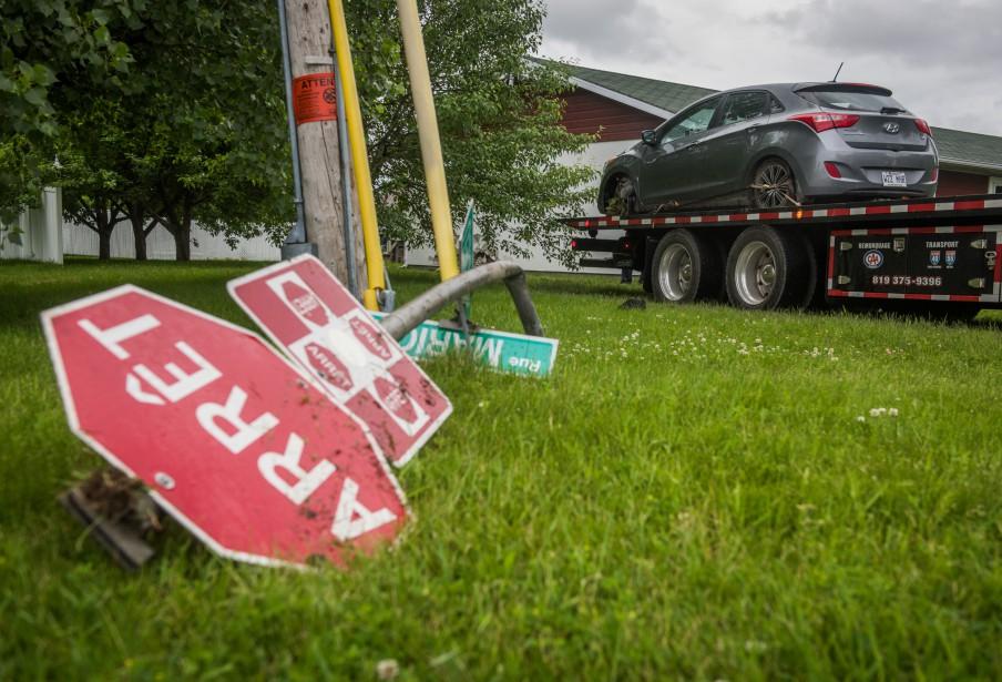 La voiture a heurté ce panneau d'arrêt avant de terminer sa course dans la maison. (François Gervais, Le Nouvelliste)