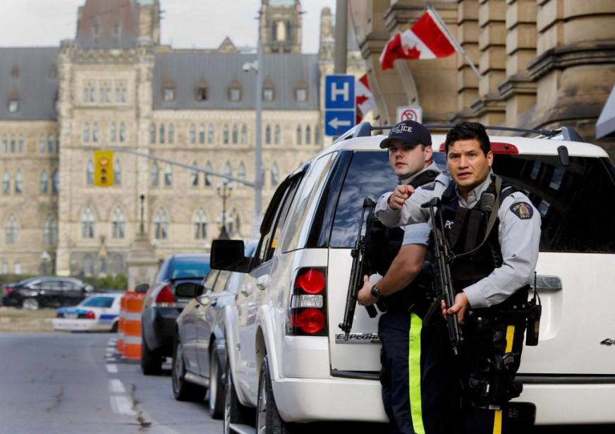 Des agents de la GRC montent la garde... (Photo Chris Wattie, archives Reuters)