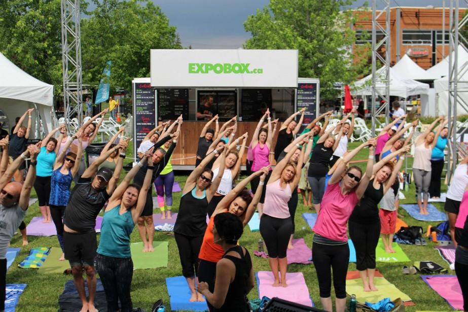 Une classe de yoga dans le parc Vincent-d'Indy... (Photo fournie par Bikram Yoga)