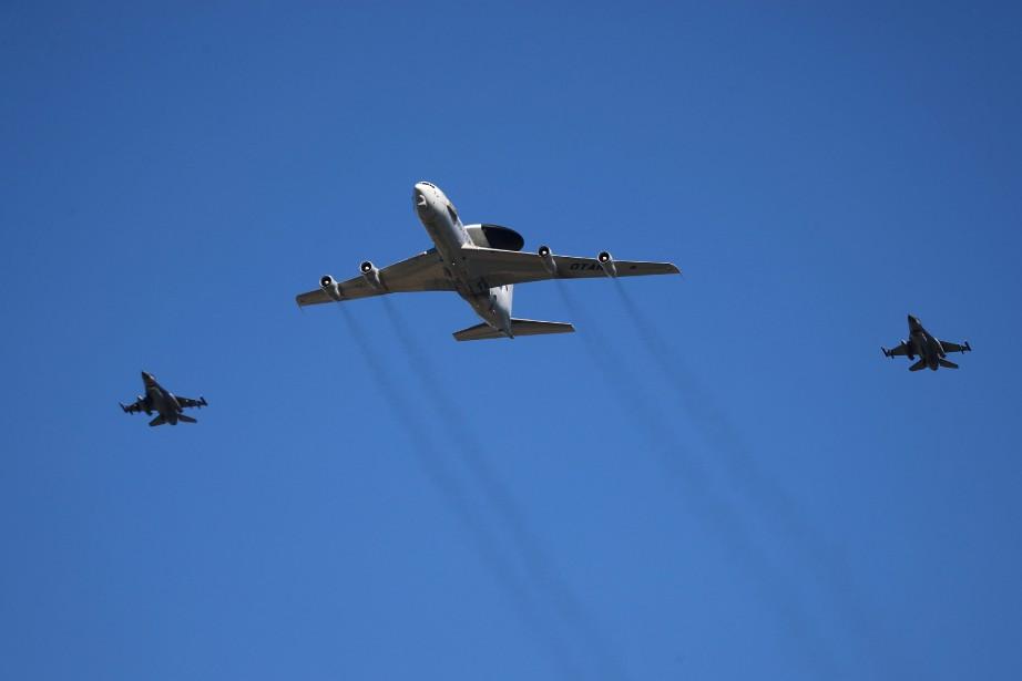 Un avion dedétection et de commandement est escorté... (PHOTO REUTERS)