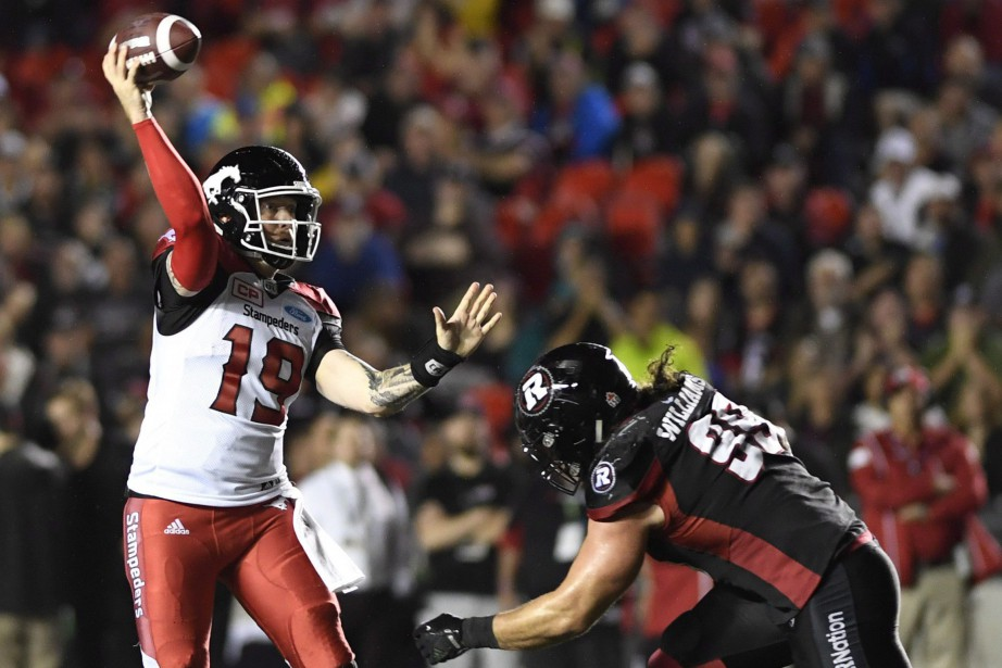 Le quart des Stampeders Bo Levi Mitchell (19)... (Photo Justin Tang, La Presse canadienne)