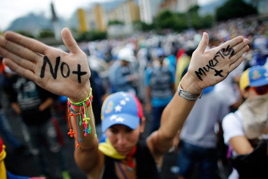 Une femme prenant part à une manifestation à... (PHOTO ARIANA CUBILLOS, ASSOCIATED PRESS)