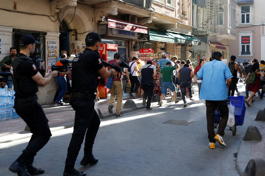La police a tiré des balles en caoutchouc... (Photo Murad Sezer, REUTERS)