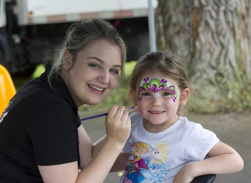Des activités pour toute la famille étaient offertes au parc Marguerite-d'Youville à Nicolet dans le cadre de la fête nationale vendredi. La petite Sarah-Pierre Teasdale en a profité pour se faire maquiller par Marylou Ricard de Mary Maquille. | 25 juin 2017