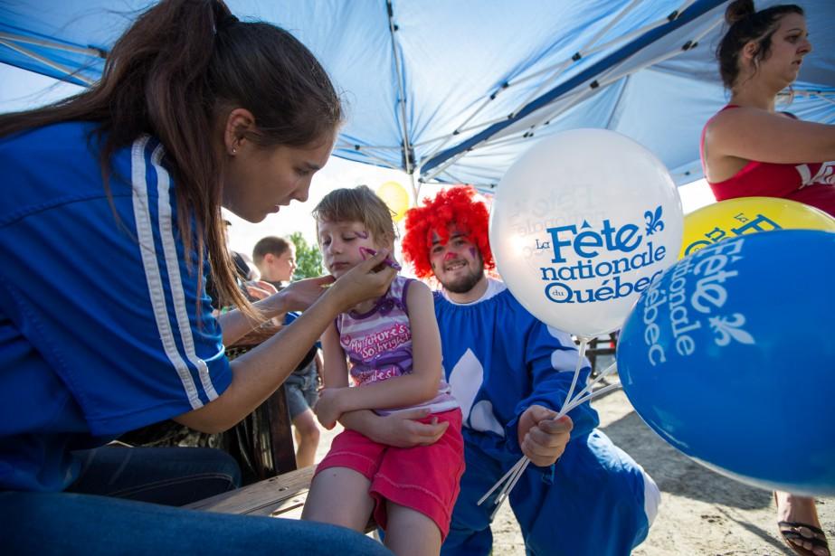 Les résidents de Saint-Étiennes-des-Grès ont célébré la fête nationale lors d'un rassemblement organisé samedi au parc des Grès. Les organisateurs proposaient des activités pour toute la famille, dont du maquillage pour les enfants et de l'animation médiévale. On reconnaît sur la photo la jeune Sarah Maude Bonin avec Flash le clown.  | 25 juin 2017