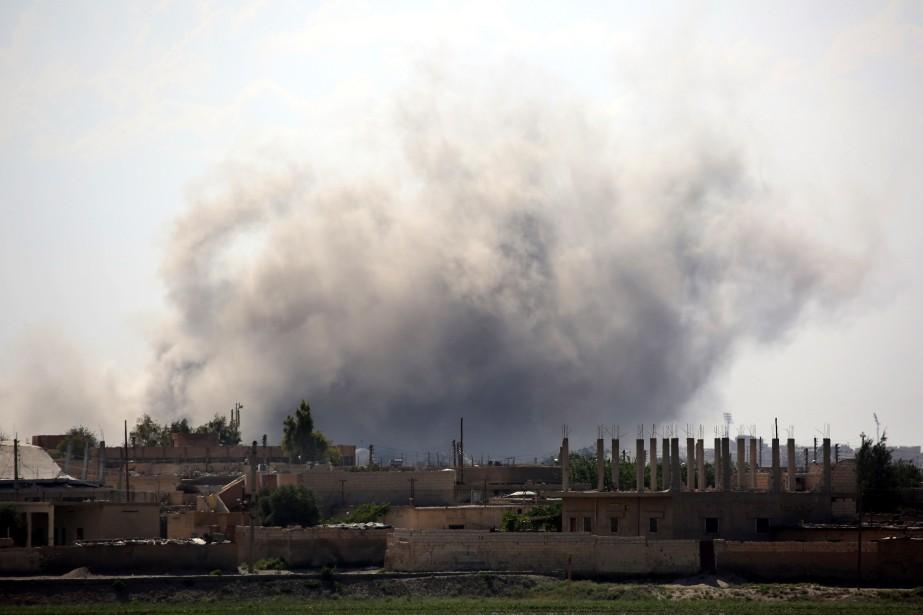 De la fumée provenant de combats dans la... (PHOTO DELIL SOULEIMAN, ARCHIVES AGENCE FRANCE-PRESSE)