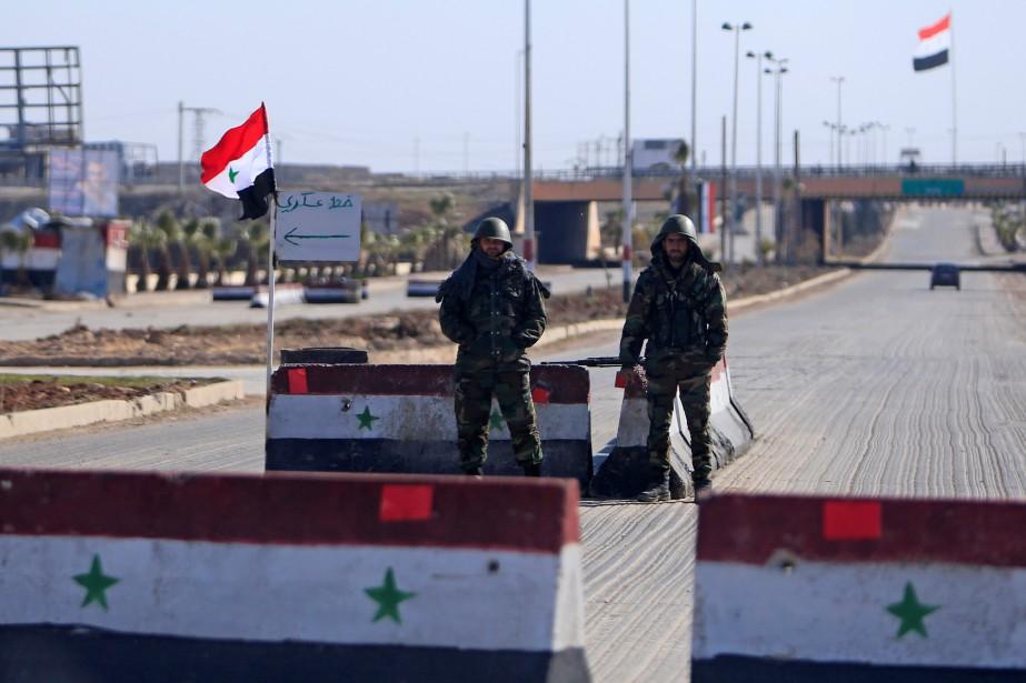 Des soldats syriens surveillent unpoint de contrôle à... (PHOTO ARCHIVES REUTERS)