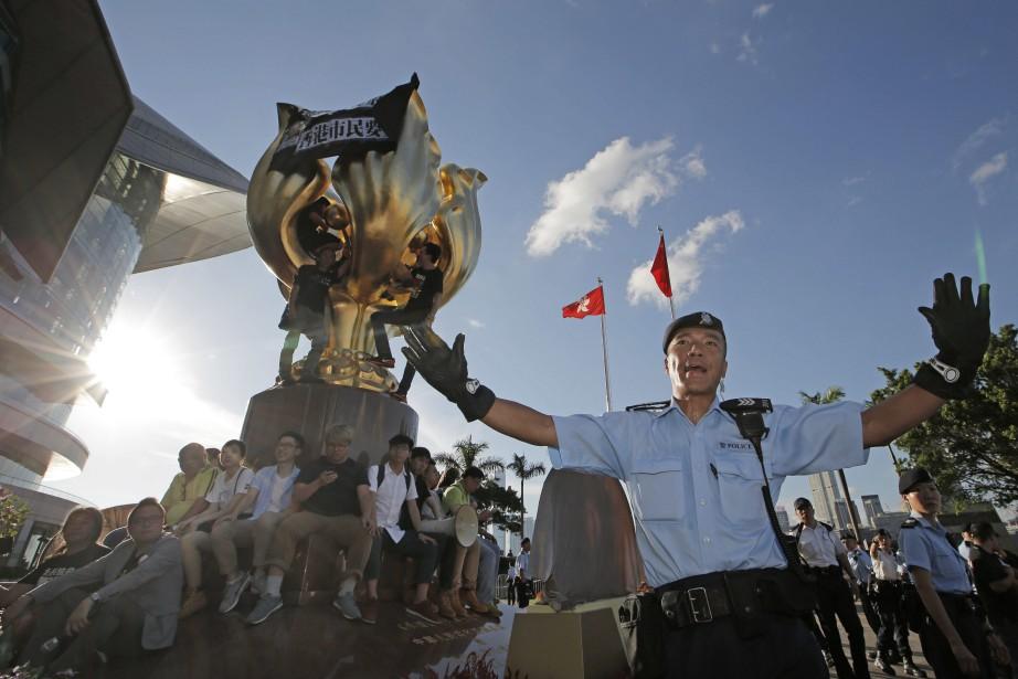 Des militants ont notamment encerclé un monument symbolisant... (Photo Kin Cheung, AP)