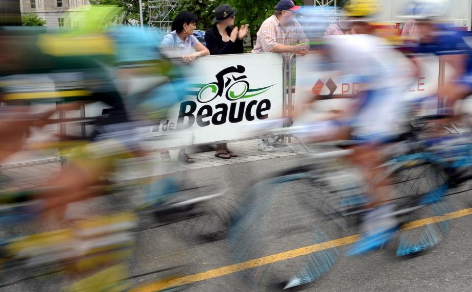 Lors du passage à Québec du Tour de Beauce, le 17 juin, Erick Labbé a imaginé cette façon originale de sortir des sentiers battus pour ce cliché. La mise au point a été faite sur le logo de l'événement et une longue vitesse d'obturation a permis d'obtenir un effet de filé. Données techniques : Nikon D4. Focale 55mm, ISO 320, ouverture f22, vitesse 1/40e seconde | 28 juin 2017