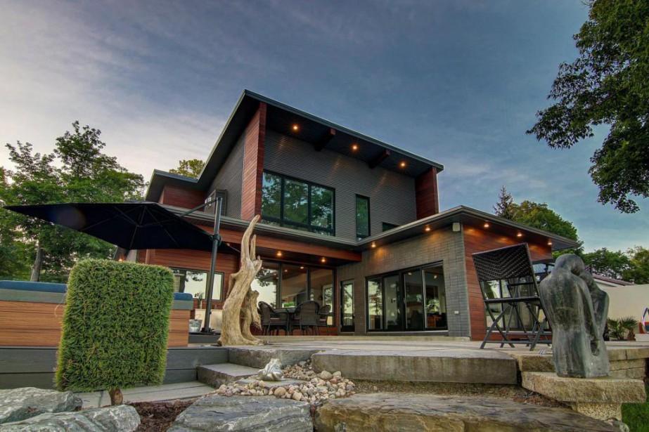 L'arrière de la maison donne sur le lacSaint-Louis... (Photo fournie par Profusion Immobilier)