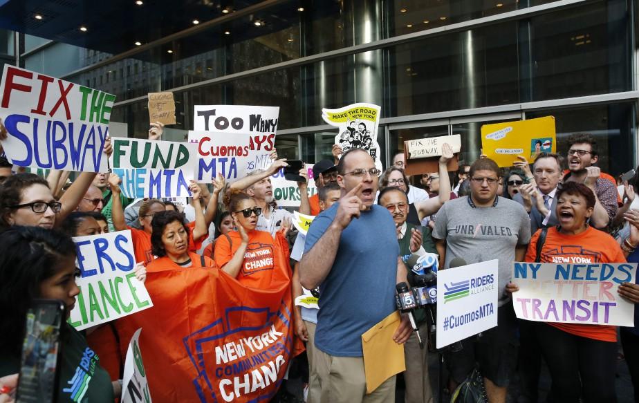 Des citoyens réclamant un métro plus sécuritaire manifestent... (PHOTO AP)