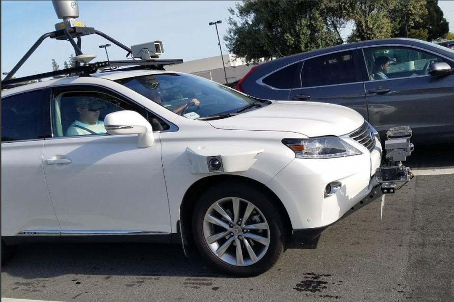 Des photos d'une Lexus hybride blanche bardée d'équipements... (Photo Bloomberg)