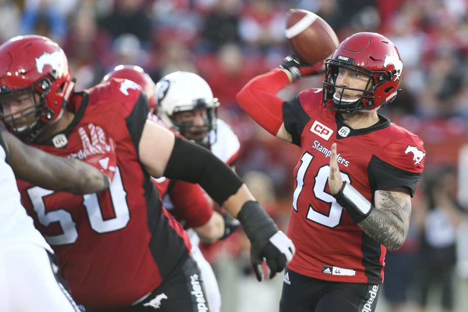 Le quart-arrière des Stampeders, Bo Levi Mitchell (19),... (Photo Mike Ridewood, La Presse canadienne)