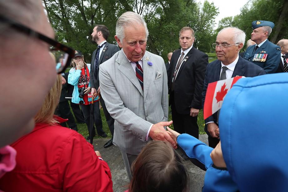 Le prince Charles serre la main de jeunes... (PHOTO LARS HAGBERG, LA PRESSE CANADIENNE)