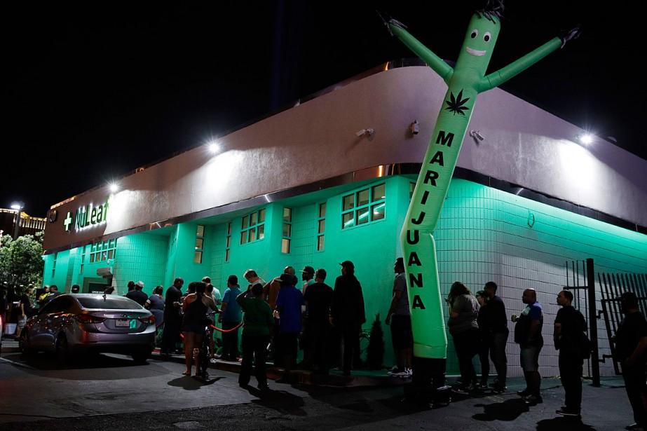 Des consommateurs patientent en ligne devant le dispensaire... (PHOTO JOHN LOCHER, ASSOCIATED PRESS)