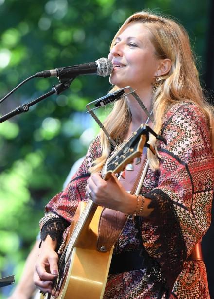 La chanteuse country Cindy Bédard a livré une performance sur la scène des Voix multiples, dimanche. | 2 juillet 2017