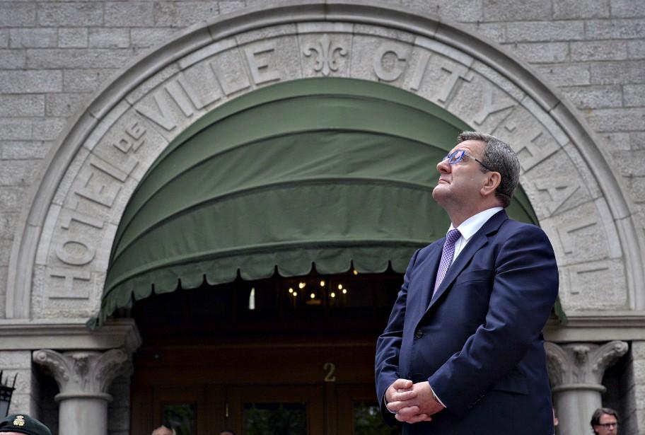 Le maire de Québec, Régis Labeaume, devant l'hôtel de ville. | 3 juillet 2017