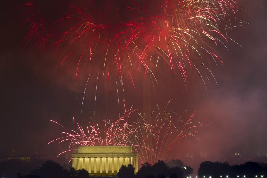 Des feux d'artifices explosent au-dessus du Lincoln Memorial à Washington. | 4 juillet 2017