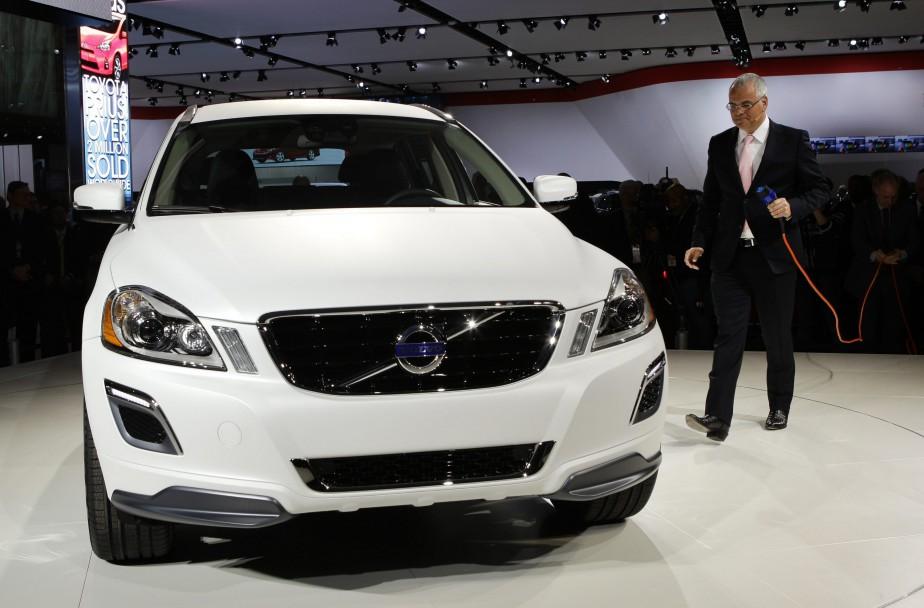 L'électrification de Volvo a commencé il y a plusieurs années. Stefan Jacoby, alors PDG de Volvo, avait branché lui-même la le prototype XC60 hybride branchable au Salon de l'auto de Détroit en 2012. (AP)