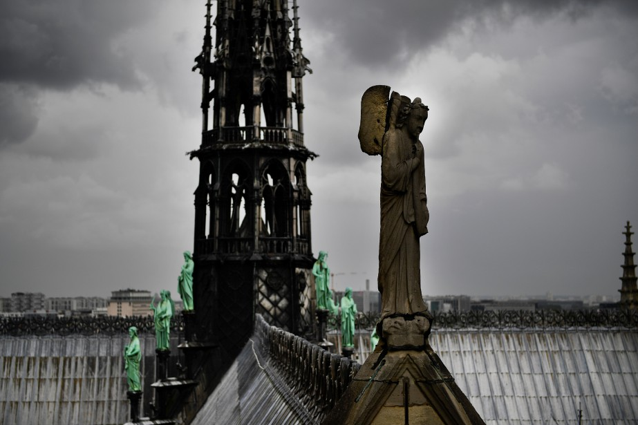 Une statue sur un toit de l'édifice.... (Photo Martin Bureau, Agence France-Presse)