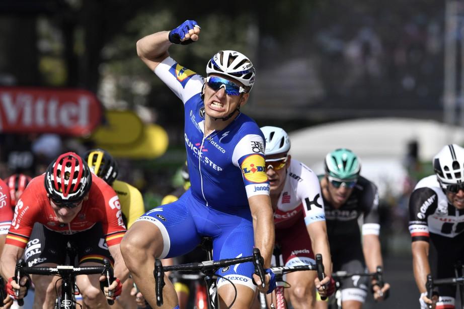 Marcel Kittel célèbre sa victoire d'étape en franchissant... (Photo Jeff Pachoud, AFP)