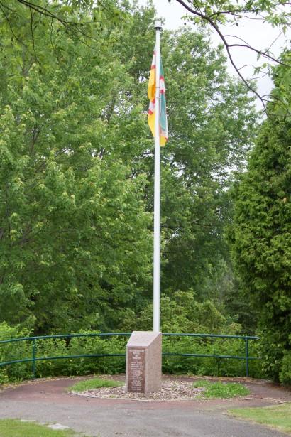 Un monument rendant hommage aux fondateurs du Foyer Coopératif a été érigé en 2010, dans le parc Armand Demers. (Mélissa Bradette)