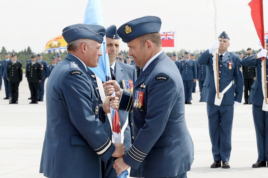 Le major-général Christian Drouin a félicité le nouveau commandant de la 3e Escadre de Bagotvile, William Radiff. (Photo Le Quotidien, Jeannot Lévesque)
