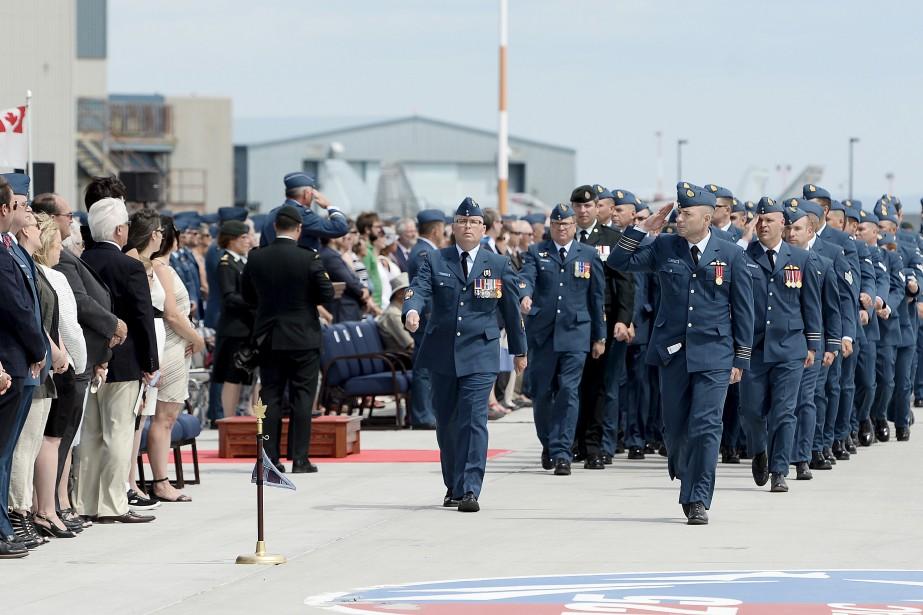 La cérémonie de passation des pouvoirs s'est déroulée jeudi après-midi, sur le tarmac de la base. (Photo Le Quotidien, Jeannot Lévesque)