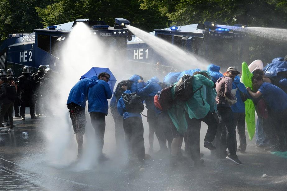La police a utilisé des canons à eau... (PHOTO DANIEL REINHARDT, AP/DPA)
