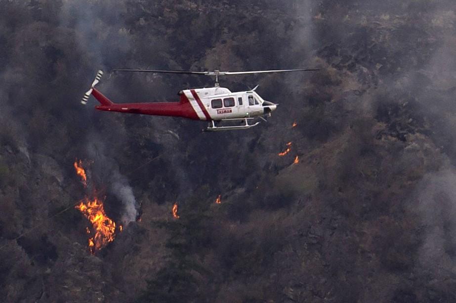Environ 120 pompiers tentent de stopper la propagation... (PHOTO ARCHIVES LA PRESSE CANADIENNE)