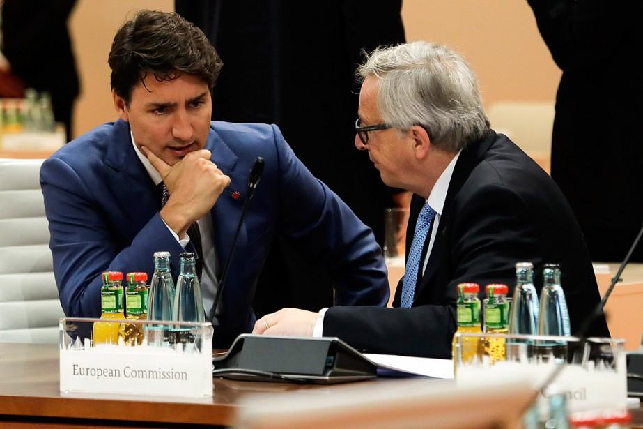 Justin Trudeau discute avec le président de la... (AP, Markus Schreiber)