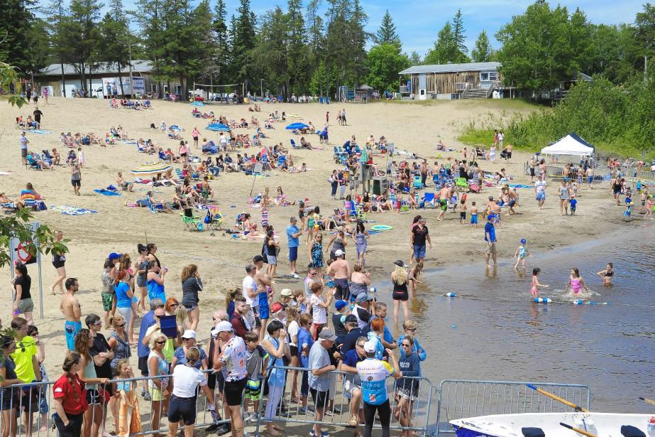 De nombreux plaisanciers étaient rassemblés au site de villégiature de la Dam-en-terre pour accueillir les participants du marathon de Festirame. (Photo Le Quotidien, Gimmy Desbiens)