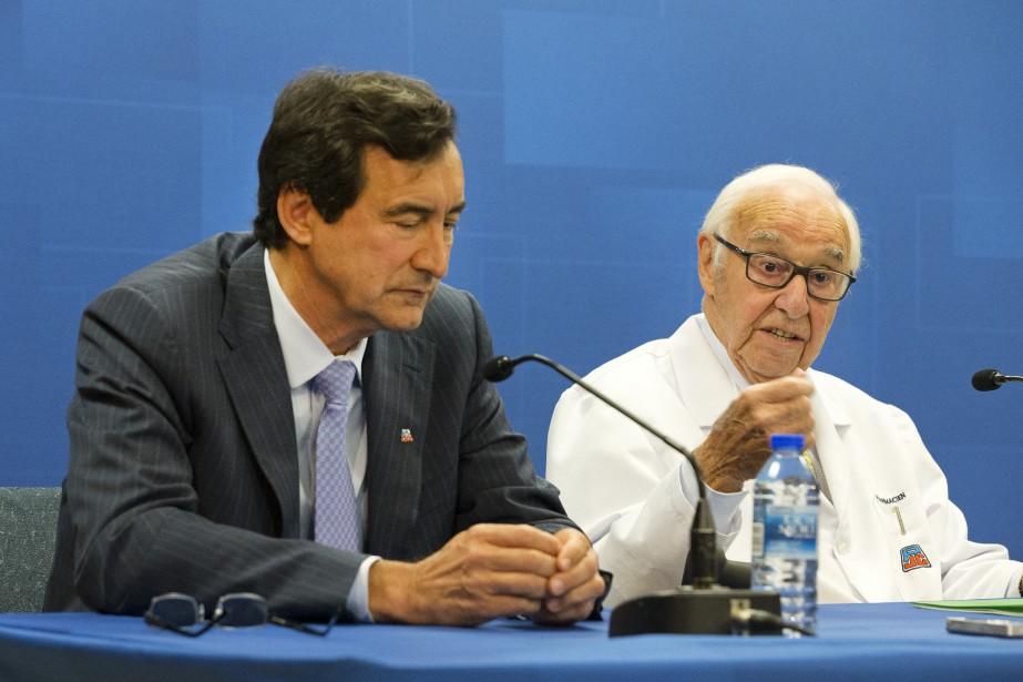 Jean Coutu (droite) a profité de son discours... (La Presse photo Robert Skinner ,)