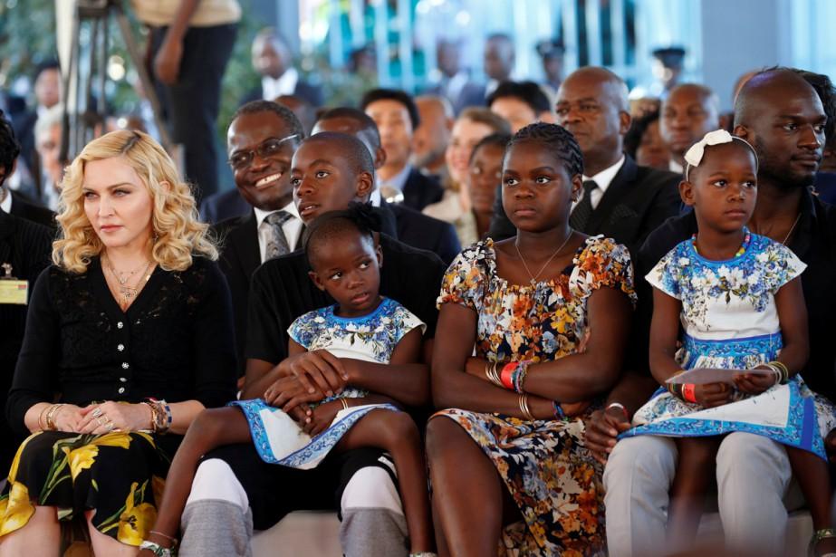 Madonna a inauguré mardi à Blantyre, en compagnie... (PHOTO REUTERS)