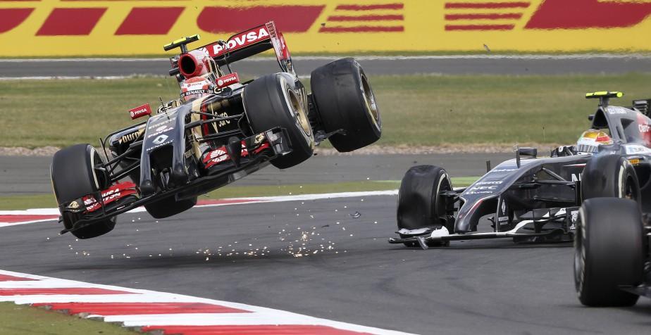 Le Vénézuélien Pastor Maldonado (dans les airs) a été impliqué dans une spectaculaire à Silverstone en 2014. Sa Lotus avait été emboutie par la Sauber du Mexicain Esteban Gutierrez . (Reuters)
