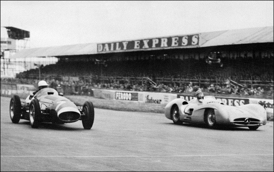 L'Argentin Juan Manuel Fangio (à d.) en course avec l'Anglais Stirling Moss en 1954. (AFP)