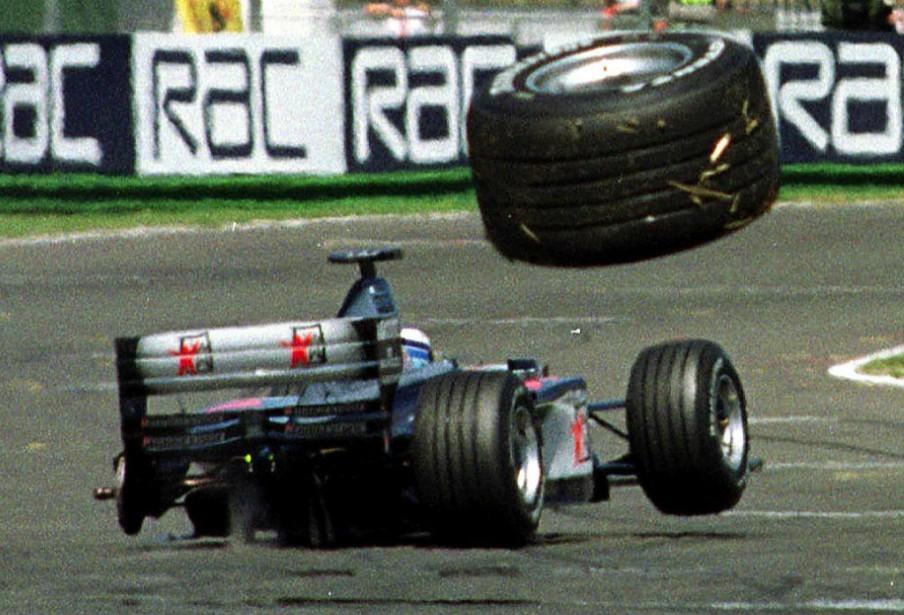 La voiture du coureur automobile Mika Häkkinen perd une roue durant le Grand Prix d'Angleterre en 1999. ()